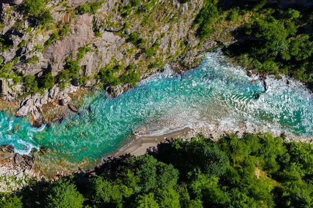 Vue de dessus de la rivière tara au monténégro