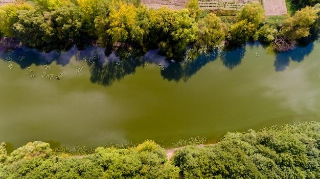 Vue de dessus sur la rivière. vue aérienne.