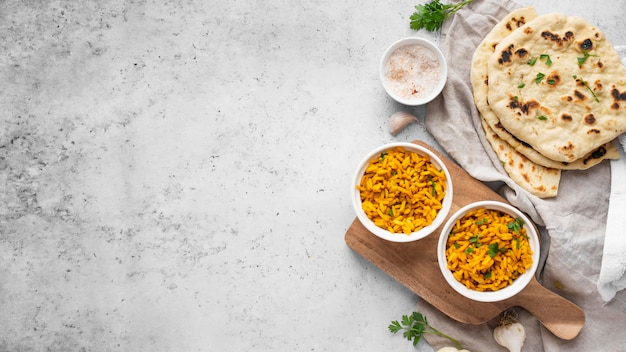 Vue de dessus riz jaune et arrangement de pita