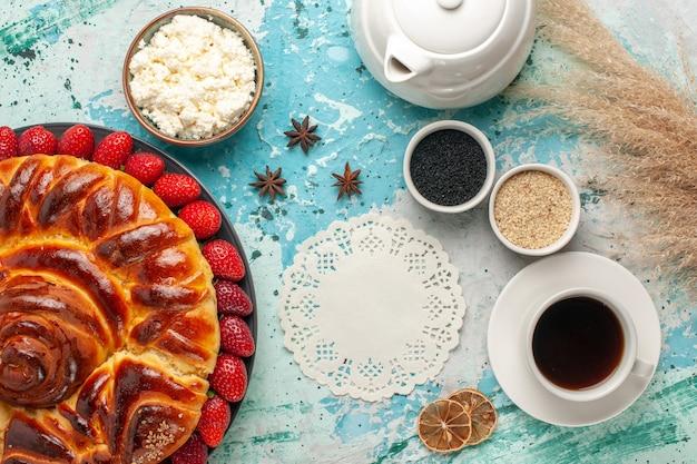 Vue de dessus ronde délicieuse tarte aux fraises fraîches sur la surface bleu clair