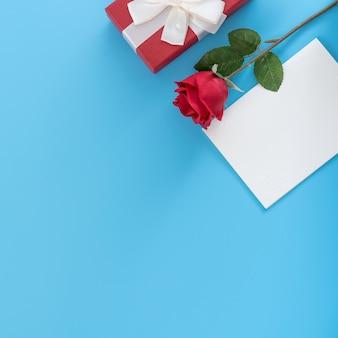Vue de dessus de la rose et de la carte de voeux comme cadeau pour la saint-valentin.