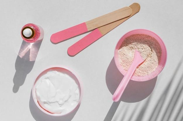 Vue de dessus rose crème spa arrangement de traitement cosmétiques