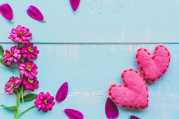 Vue de dessus de rose double clic fleur de cosmos avec coeur rose sur fond bleu