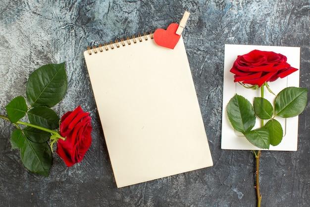 Vue de dessus rose rouge pour la saint valentin sur fond gris clair coeur sentiment amour passion mariage couple vacances