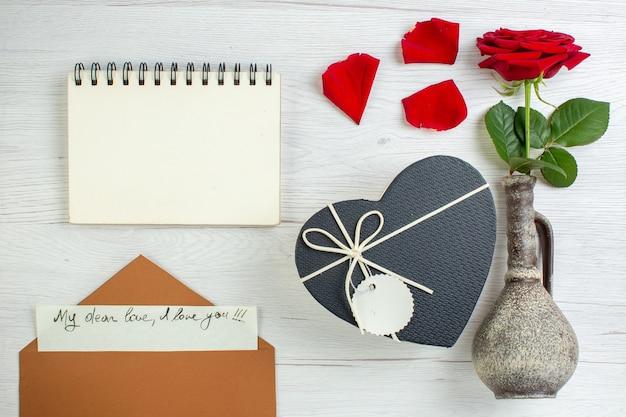 Vue de dessus rose rouge avec présent en forme de coeur sur fond blanc couple mariage passion amour amant sentiment de couleur de coeur