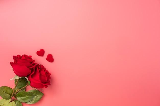 Vue de dessus des roses avec coeur comme cadeau pour la saint-valentin.