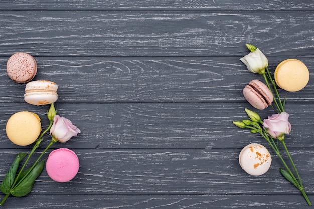 Vue de dessus des roses et des macarons