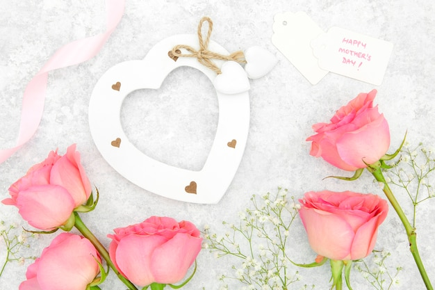 Vue de dessus des roses roses et coeur
