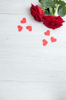 Vue de dessus roses rouges sur fond blanc amour vacances passion amant couple mariage coeur sentiment note