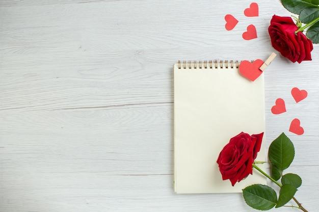 Vue de dessus roses rouges pour la saint valentin sur fond blanc coeur sentiment amour amant mariage couple vacances passion