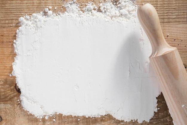 Vue de dessus rouleau à pâtisserie sur la farine blanche