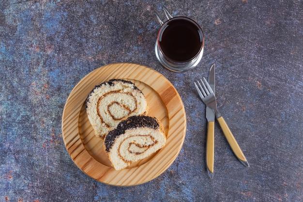 Vue de dessus des rouleaux de gâteau frais avec une tasse de thé