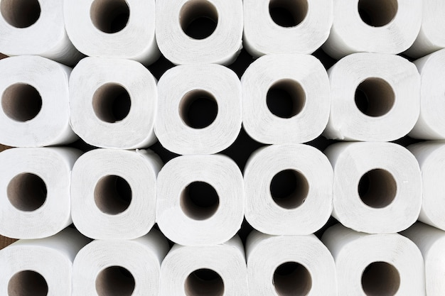 Vue de dessus rouleaux de papier toilette alignés