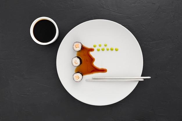 Vue de dessus rouleaux de sushi avec sauce soja