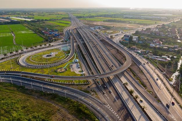 Vue de dessus de route de l'autoroute, la circulation routière est une infrastructure importante