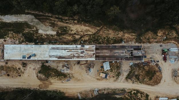 Vue de dessus d'une route en construction dans le district de brcko entouré de champs, bosnie-herzégovine