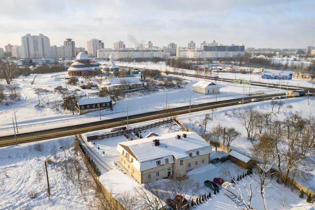 Vue de dessus de la route et du quartier de loshitsa à minsk