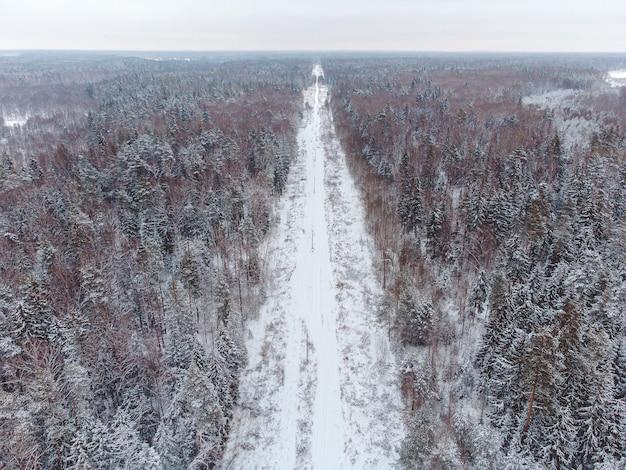 Vue de dessus de la route entre la forêt d'hiver, route d'hiver