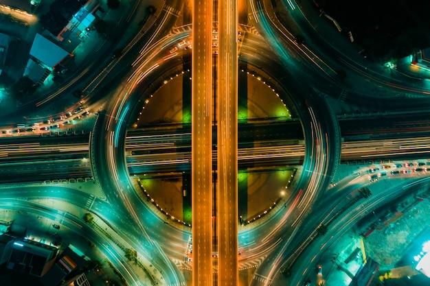 Vue de dessus de route et de rond-point, le trafic routier est une infrastructure importante en thaïlande