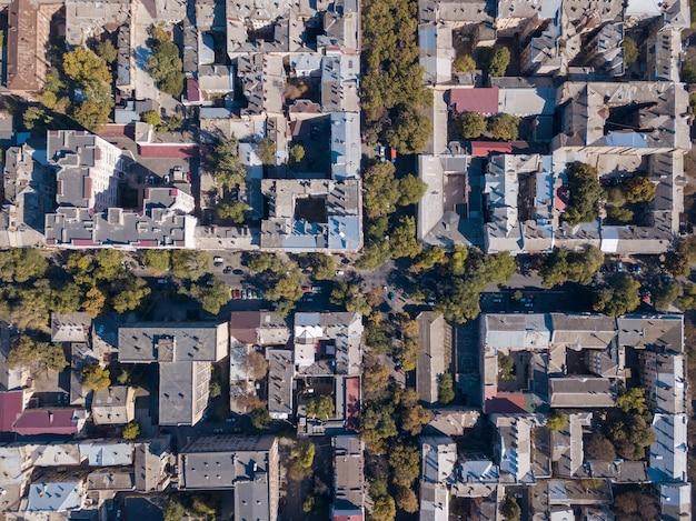 Vue de dessus de la route avec des voitures, des toits de maisons par une journée ensoleillée. ukraine, odessa. vue aérienne du drone