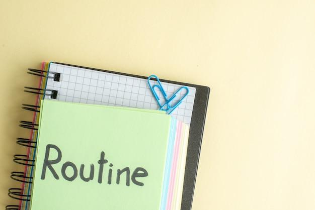 Vue de dessus de routine note écrite avec des notes de papier coloré sur fond clair cahier de travail bloc-notes business money office school bank pen job