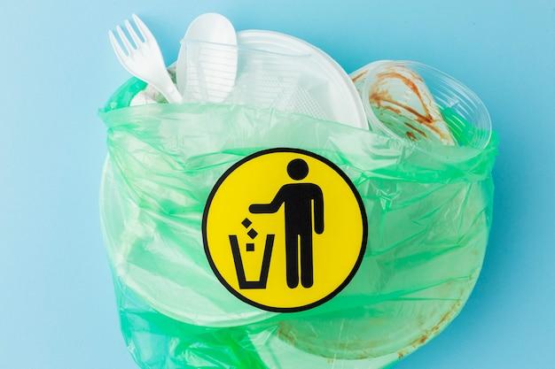 Vue de dessus sac plein de déchets plastiques sales