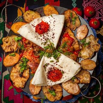 Vue de dessus sac de poulet avec lavash et tomate
