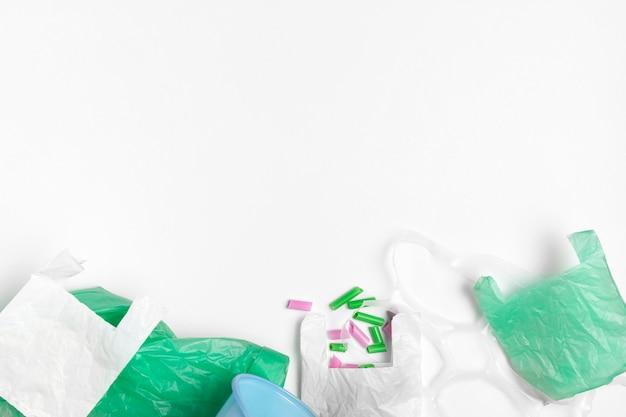 Vue de dessus des sacs en plastique avec espace copie
