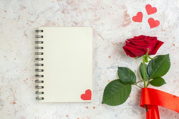 Vue de dessus saint valentin présent rose rouge sur le fond clair sentiment passion couple amour mariage amoureux coeur couleur