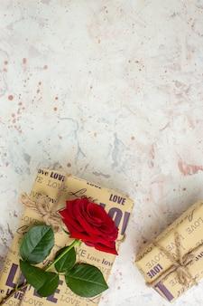 Vue de dessus saint valentin présente avec rose rouge sur fond clair sentiment de mariage passion couple amour amant coeur note de couleur