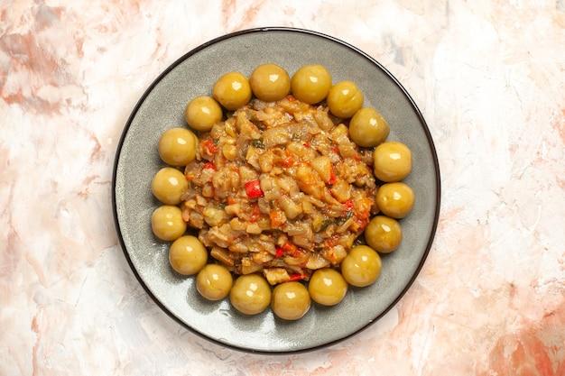 Vue de dessus de la salade d'aubergines rôties sur une assiette sur une surface nue