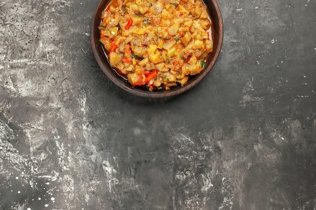 Vue de dessus de la salade d'aubergines rôties dans un bol sur une surface sombre