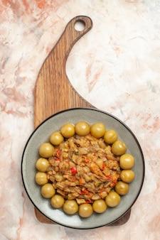 Vue de dessus de la salade d'aubergines rôties sur plaque sur une planche à découper sur une surface nue