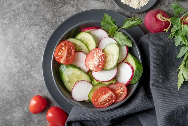 Vue de dessus salade bio aux légumes frais