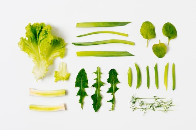 Vue de dessus salade bio et feuilles sur la table