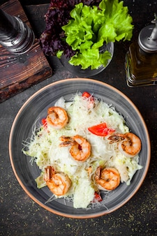 Vue de dessus salade césar aux crevettes frites
