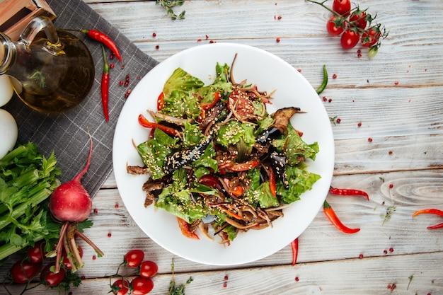 Vue de dessus sur salade chaude au boeuf et légumes