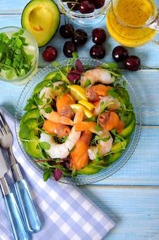 Vue de dessus de salade d'été de saumon et de crevette