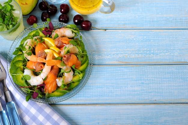 Vue de dessus de la salade d'été saumon et crevettes