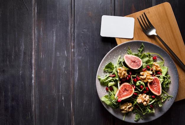 Vue de dessus de la salade de figues d'automne sur la plaque et l'espace de copie