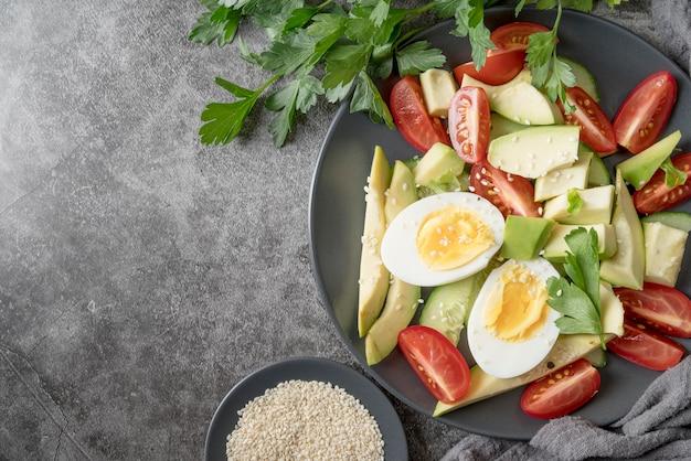Vue de dessus salade fraîche aux légumes bio