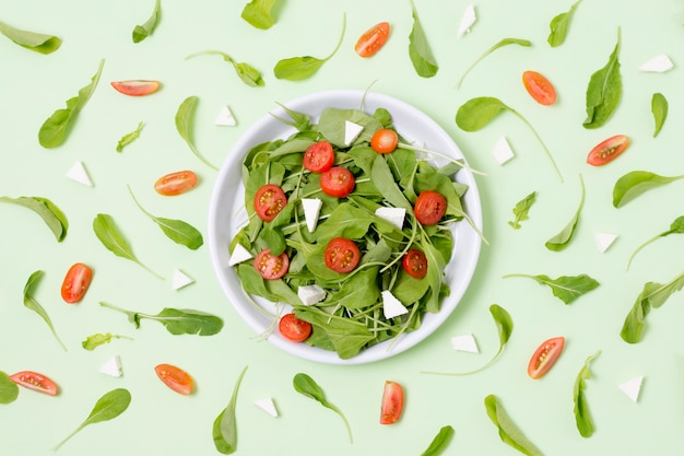 Vue de dessus salade fraîche aux tomates sur la table
