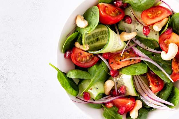 Vue de dessus d'une salade fraîche de légumes classiques sains