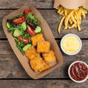 Vue de dessus de la salade avec frites et poulet frit