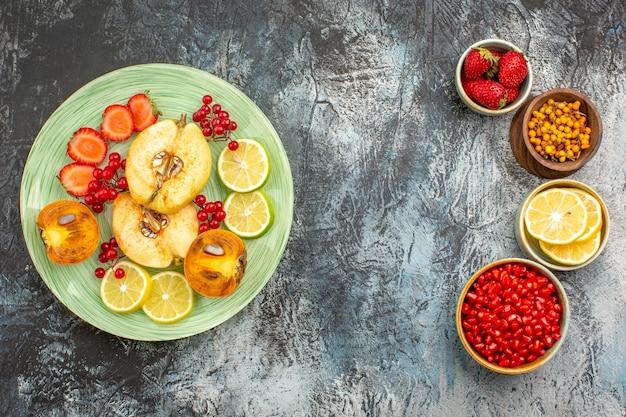 Vue de dessus de la salade fruitée avec des fruits frais en tranches