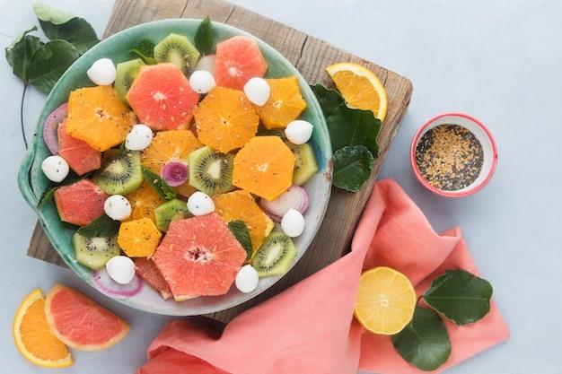 Vue de dessus salade de fruits savoureuse et saine