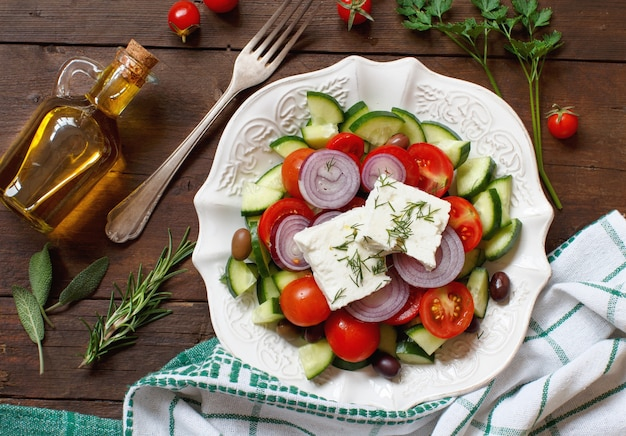 Vue de dessus de salade grecque et ingrédients sur bois