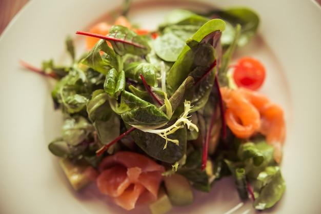 Vue de dessus d'une salade légère parfaite pour le déjeuner servi.