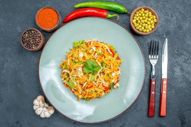 Vue de dessus de la salade de légumes avec des assaisonnements sur des aliments diététiques de salade de santé sombre