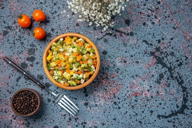 Vue de dessus salade de légumes bouillis avec poivron et fourchette, repas de salade déjeuner poivre couleur alimentaire